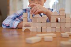 pequeño colegial asiático de los niños del niño del muchacho del niño que juega el bloque de madera fotos de archivo