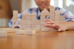 pequeño colegial asiático de los niños del niño del muchacho del niño que juega el bloque de madera foto de archivo libre de regalías