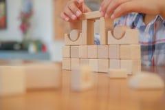 pequeño colegial asiático de los niños del niño del muchacho del niño que juega el bloque de madera imagen de archivo libre de regalías