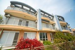 Pequeño complejo de apartamentos en el cuarto de Burgas de Sarafovo en Bulgaria foto de archivo libre de regalías