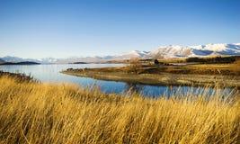 Pequeño concepto del lago mountain de la opinión de zona rural de la cabaña Fotos de archivo libres de regalías