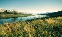 Pequeño concepto del lago mountain de la opinión de zona rural de la cabaña Fotografía de archivo