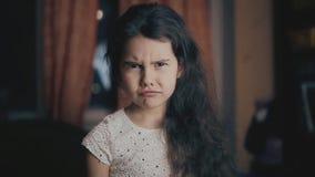 Pequeño concepto enojado enojado descontentado del retrato de la muchacha dentro en el cuarto Fondo, muestra y gesto enojados de  almacen de metraje de vídeo