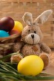 Pequeño conejito de pascua con los huevos coloreados hermosos Fotografía de archivo