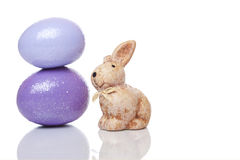 Pequeño conejito de pascua lindo con los huevos de Pascua Foto de archivo libre de regalías