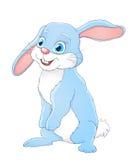 Pequeño conejo lindo de la historieta que se coloca y que sonríe en blanco Fotos de archivo