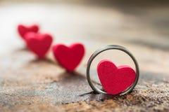 Pequeño corazón en el anillo fotografía de archivo