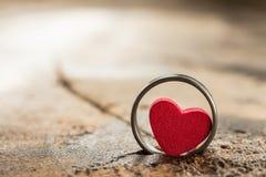 Pequeño corazón en el anillo imagen de archivo libre de regalías
