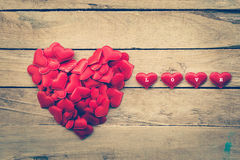 Pequeño corazón en una forma de un corazón en la madera para la tarjeta del día de San Valentín Fotos de archivo