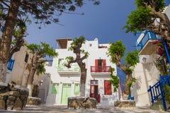 Pequeño cuadrado en de la ciudad de Mykonos con el cielo azul y los árboles claros, Grecia Imagen de archivo libre de regalías