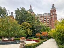 Pequeño cuadrado en la ciudad de Tianjin con el pequeño parque y el hotel de cinco estrellas Ritz Carlton imágenes de archivo libres de regalías