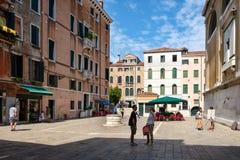 Pequeño cuadrado rodeado por los edificios viejos en Venecia, Italia Foto de archivo