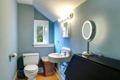 Pequeño cuarto de baño azul claro saltado foto de archivo libre de regalías