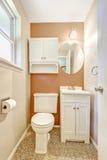 Pequeño cuarto de baño blanco y anaranjado Fotografía de archivo libre de regalías