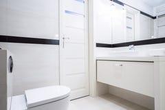 Pequeño cuarto de baño blanco y negro Imagen de archivo