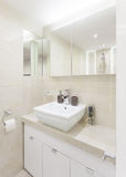 Pequeño cuarto de baño brillante Foto de archivo