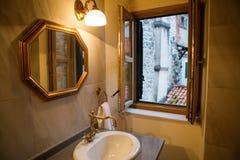 Pequeño cuarto de baño con el espejo imagen de archivo libre de regalías