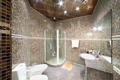 Pequeño cuarto de baño con la unidad de la ducha Fotografía de archivo libre de regalías