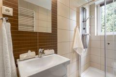 Pequeño cuarto de baño en idea marrón Foto de archivo libre de regalías