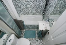 Pequeño cuarto de baño moderno Fotos de archivo libres de regalías