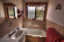Pequeño cuarto de baño moderno foto de archivo libre de regalías