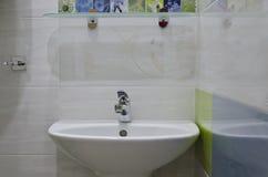 Pequeño cuarto de baño real Imagenes de archivo