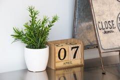 Pequeño de madera del calendario hecha fotografía de archivo libre de regalías