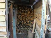 Pequeño depósito de madera en una cabaña imagen de archivo