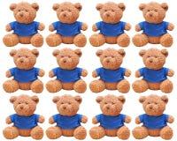 Pequeño desgaste del oso una camisa azul aislada con el fondo blanco Fotos de archivo