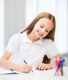Pequeño dibujo de la muchacha del estudiante en la escuela Foto de archivo libre de regalías
