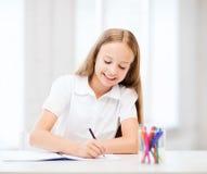 Pequeño dibujo de la muchacha del estudiante en la escuela Fotografía de archivo libre de regalías