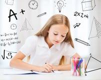 Pequeño dibujo de la muchacha del estudiante en la escuela Imagen de archivo libre de regalías