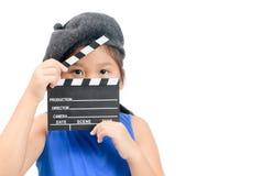 Pequeño director que sostiene el tablero de chapaleta o la película de la pizarra fotos de archivo libres de regalías