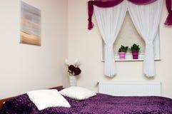 Pequeño dormitorio decorativo imagen de archivo libre de regalías