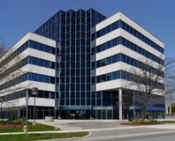 Pequeño edificio de oficinas suburbano foto de archivo