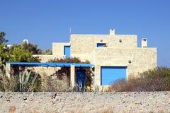 Pequeño edificio en Grecia contra el cielo imagen de archivo