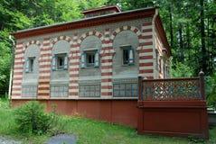 Pequeño edificio en rayas rojas y blancas en los argumentos del castillo preferidos por Luis II en Baviera (Alemania) Foto de archivo libre de regalías