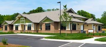Pequeño edificio suburbano imagen de archivo libre de regalías