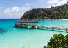 Pequeño embarcadero cerca de la isla tropical en el parque marino Fotografía de archivo