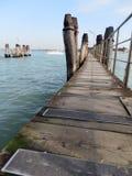 Pequeño embarcadero de madera en Venecia Imagenes de archivo