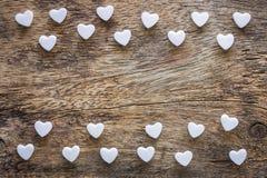 Pequeño en forma de corazón blanco en la textura de madera fotografía de archivo