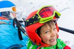 Pequeño esquiador en el remonte Foto de archivo