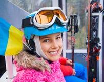 Pequeño esquiador en el remonte Fotografía de archivo libre de regalías