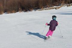 Pequeño esquiador que compite con en nieve Imágenes de archivo libres de regalías