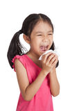 Pequeño estornudo asiático de la muchacha con el papel de la servilleta Imagen de archivo