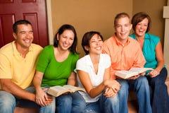 Pequeño estudio de la biblia del grupo Pequeño grupo multicultural imágenes de archivo libres de regalías