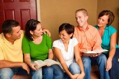 Pequeño estudio de la biblia del grupo Pequeño grupo multicultural foto de archivo libre de regalías