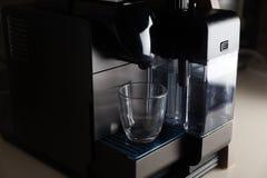 Pequeño fabricante de café del hogar y de la oficina Fotografía de archivo libre de regalías