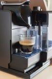 Pequeño fabricante de café del hogar y de la oficina Fotos de archivo