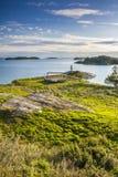 Pequeño faro en la isla en Suecia Fotografía de archivo libre de regalías